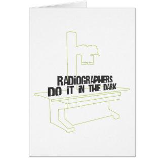 Los ayudantes radiólogos lo hacen en el oscuro (la tarjeton