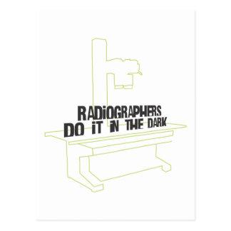 Los ayudantes radiólogos lo hacen en el oscuro (la postal