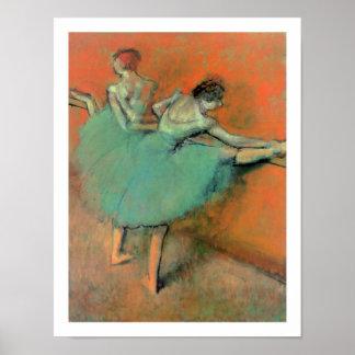 Los bailarines de ballet en la barra cerca desgasi poster