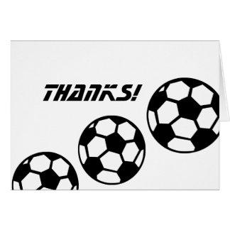 Los balones de fútbol blancos y negros le tarjeta pequeña