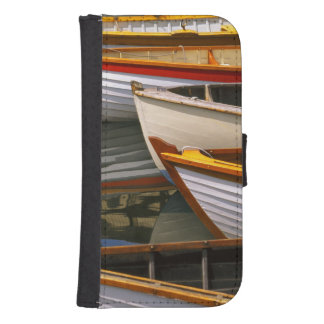 Los barcos coloreados brillantes en el barco de ma fundas cartera para teléfono