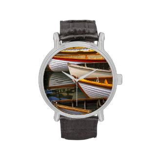 Los barcos coloreados brillantes en el barco de ma relojes de mano