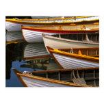 Los barcos coloreados brillantes en el barco de tarjeta postal