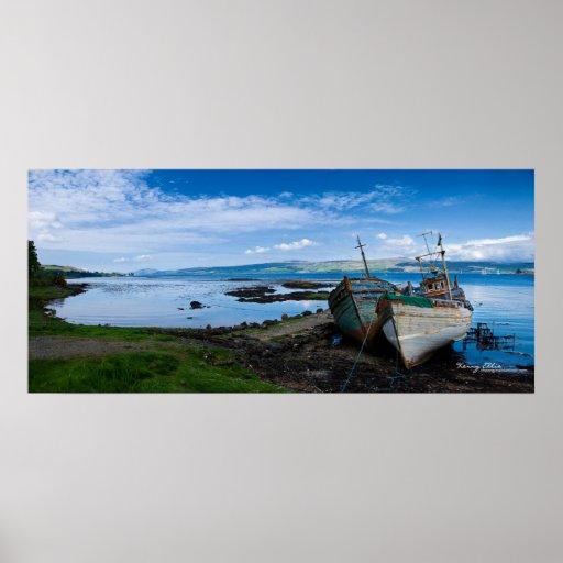 Los barcos en la isla de reflexionan sobre impresiones