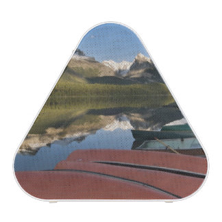 Los barcos parquearon en a orillas del lago del la altavoz bluetooth
