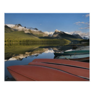 Los barcos parquearon en a orillas del lago del la impresiones