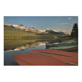 Los barcos parquearon en a orillas del lago del la cuadros de madera