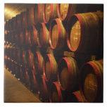 Los barriles de Tokaj wine apilado en el Disznoko Azulejo Cerámica
