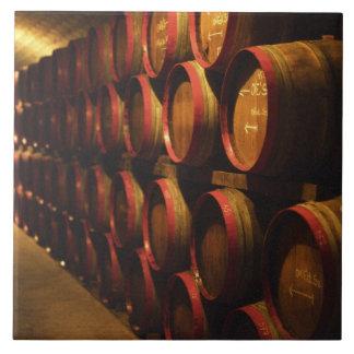 Los barriles de Tokaj wine apilado en el Disznoko Azulejo Cuadrado Grande