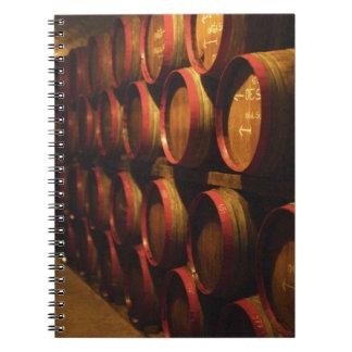 Los barriles de Tokaj wine apilado en el Disznoko Libretas