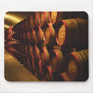 Los barriles de Tokaj wine apilado en el Disznoko Tapetes De Raton