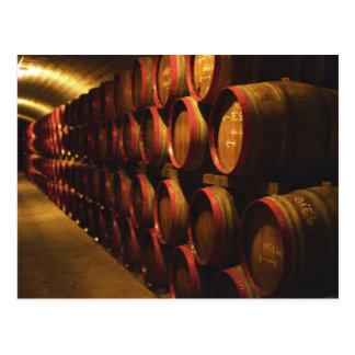 Los barriles de Tokaj wine apilado en el Disznoko Postal