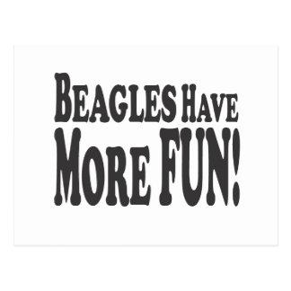 ¡Los beagles se divierten más! Postal