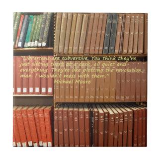 Los bibliotecarios son cita subversiva de Michael Azulejo Cuadrado Pequeño