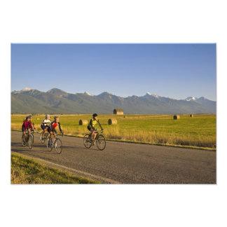Los bicyclists del camino montan abajo de un camin fotografía