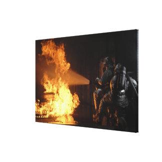 Los bomberos extinguen un abeto simulado de la bat lona envuelta para galerias
