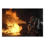 Los bomberos extinguen un abeto simulado de la bat cojinete