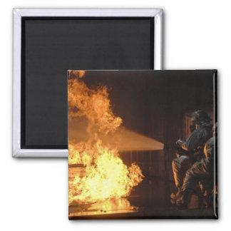 Los bomberos extinguen un abeto simulado de la imán cuadrado