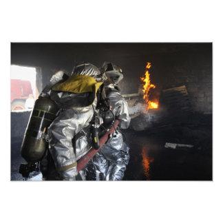 Los bomberos extinguen un fuego en un ro de cojinete