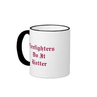 Los bomberos hacen él más caliente taza de dos colores