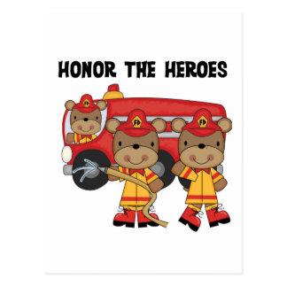Los bomberos honran las camisetas y los regalos de tarjetas postales