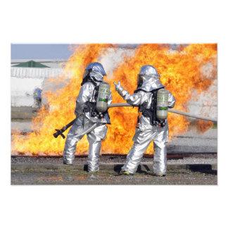 Los bomberos luchan un fuego simulado fotografías