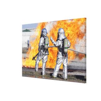 Los bomberos luchan un fuego simulado lona estirada galerías
