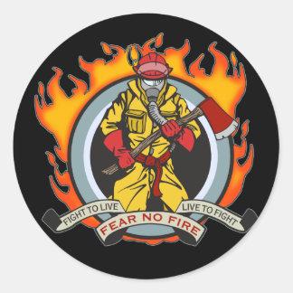 Los bomberos no temen ningún fuego pegatina redonda