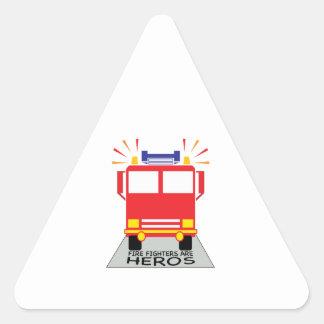 Los bomberos son héroes calcomania de triangulo