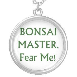 Los bonsais principales me temen texto verde collar plateado