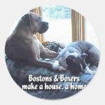 Los boxeadores y Bostons hacen una casa un hogar Etiqueta Redonda
