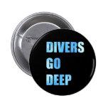Los buceadores van botón profundo pins