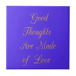 Los buenos pensamientos se hacen de amor azulejo cuadrado pequeño