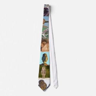 Los búhos establecen alrededor de su corbata