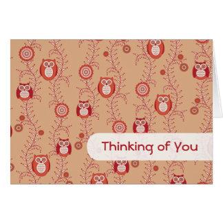 Los búhos retros que piensan en usted cardan tarjeta de felicitación