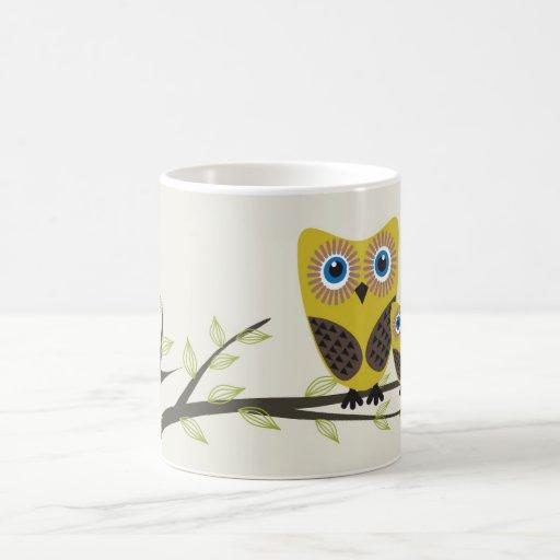 Los búhos se juntan en el árbol taza de café