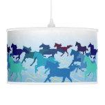 Los caballos corren el azul libre