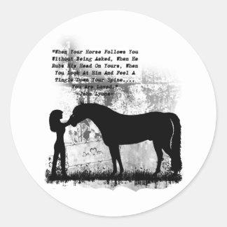 Los caballos le aman pegatina redonda