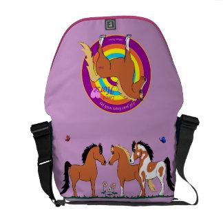 Los caballos llenan la su bolsa de mensajero del c bolsa de mensajería