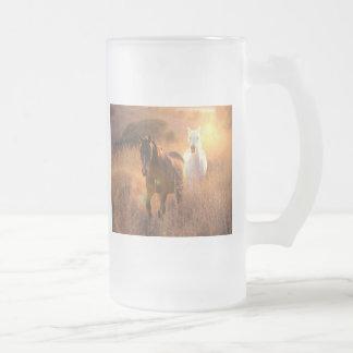 Los caballos salvajes galopantes helaron la taza d