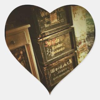 Los cajones apilados rústicos de las cajas de pegatina en forma de corazón