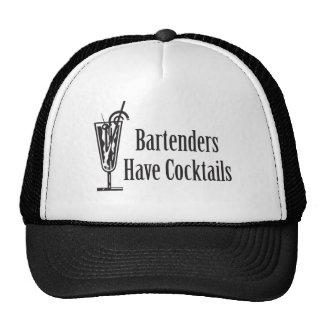 Los camareros tienen cócteles gorros bordados
