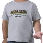 Los Camiseta-Niños del niño que juegan con las