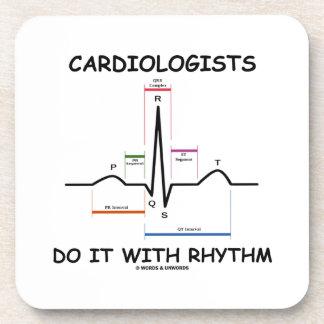 Los cardiólogos lo hacen con el ritmo (ECG/EKG) Posavasos De Bebida