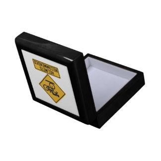 Los cascos recomendaron 2, señal de peligro del caja de regalo cuadrada pequeña