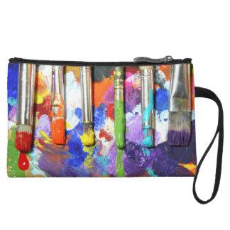 Los cepillos del artista en curso de los arco iris