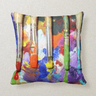 Los cepillos del artista en curso de los arco iris almohada