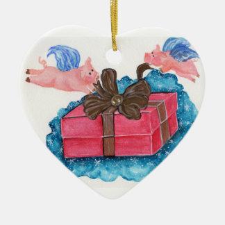 Los cerdos del vuelo envuelven un paquete adorno navideño de cerámica en forma de corazón