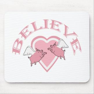 Los cerdos lindos blancos rosados del vuelo creen alfombrilla de raton