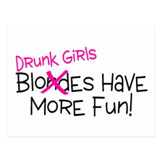 Los chicas borrachos se divierten más postal